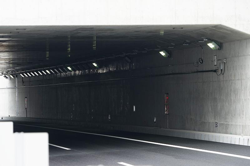 トンネル内の照明はLEDが使われている