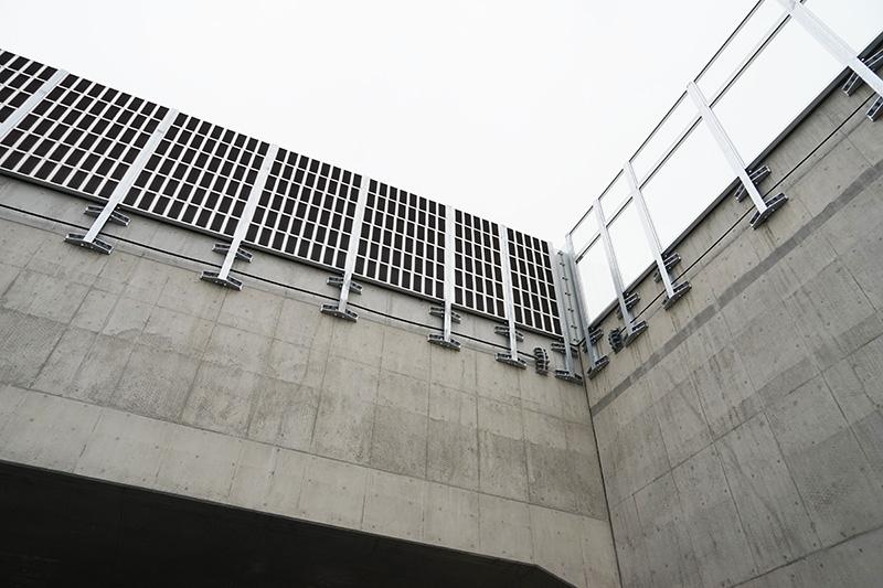 上の地上部には防音壁が設置されている