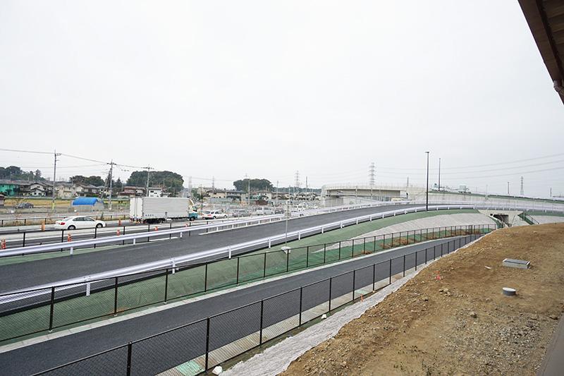 桶川加納ICから接続する一般道県道12号を17号方面を見たところ。手前側の道路2本はICへの接続道路