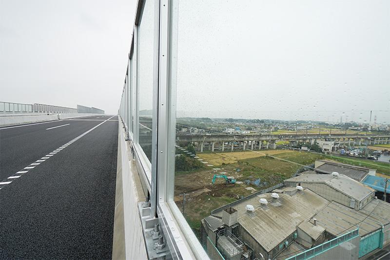 下に上越・北陸新幹線が見える