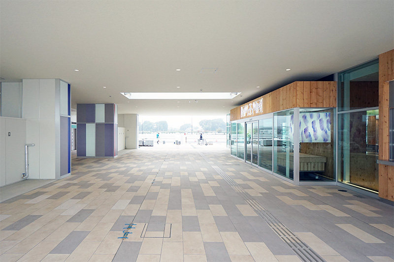 施設中央には屋根のある広い通路が設けられている。内回りと外回りの駐車場がここで繋がっている