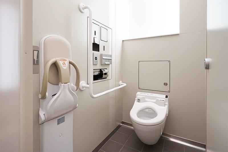 トイレ個室内部。ウォシュレット完備。ベビーチェアも用意されていた
