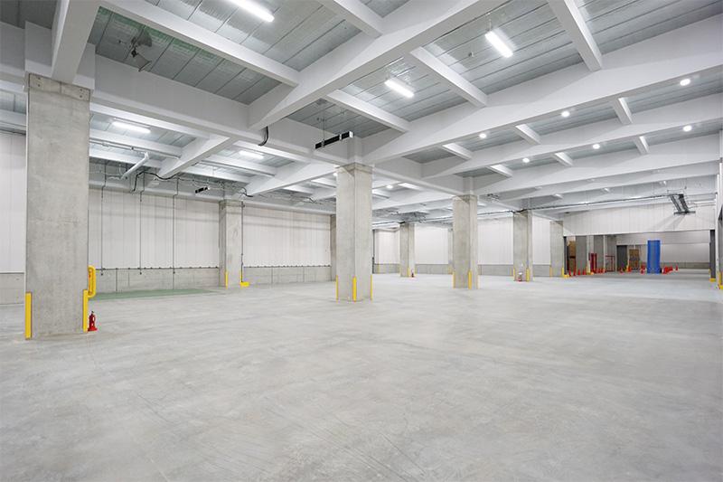 プロロジスパーク北本の内部。複数の企業に倉庫スペースを賃貸している