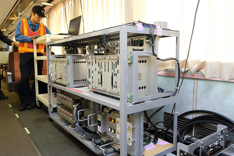 さまざまな試験用の機器が並び、コードが這う「クヤ212 1」の車内