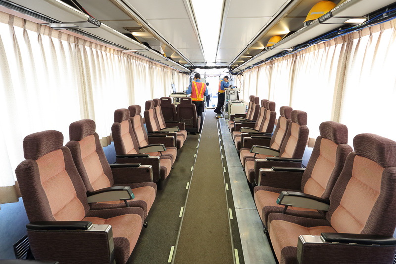 対面配置のシートは、グリーン車時代の名残。今は打ち合わせスペースとして利用されている