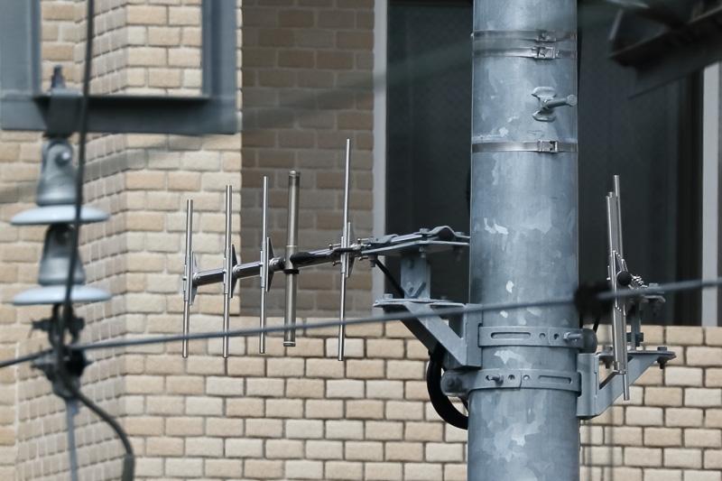 架線柱に設置されたコンパクトな新システム用のアンテナ