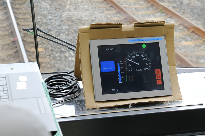 無線からの情報により計器に直接信号が表示されるので新システムでは線路脇に設置されている信号機も不要となる