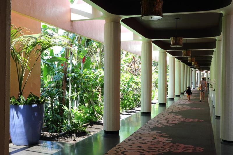 正面の入り口からは、中庭を囲む回廊を通ってマイラニ・タワーへ向かう