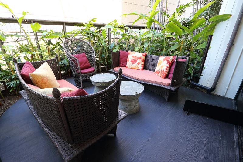 屋外にも席があり開放的な空間でくつろげる