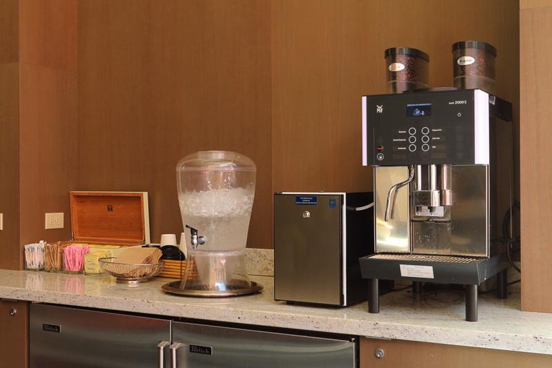 コーヒーなどが終日用意されるほか、時間帯によって朝食や夕方の軽食、アルコールを含むドリンクも提供される