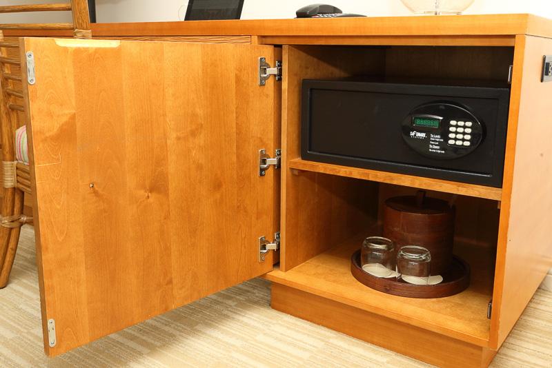 チェストは衣類などを収納できる3段の引き出しのほか、脇にフリーのコンセントが4口用意されている。ドアのなかにはセキュリティボックスも備えていた