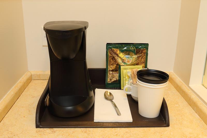 ミネラルウォーターのペットボトルのほか、コーヒー、紅茶も用意されている