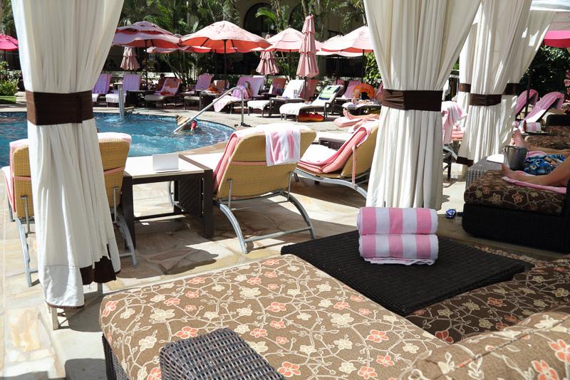 ビーチを望むこともできる温水プール「マルラニ・プール」。プライベート・カバナも予約できる