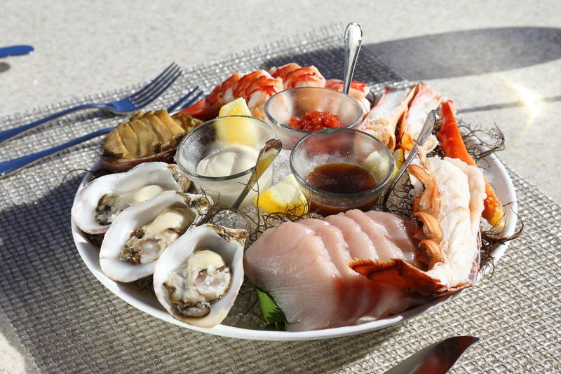 アズーア風海鮮盛り合わせ。生ガキやハマチ、カウアイ島で獲れたロブスターなど