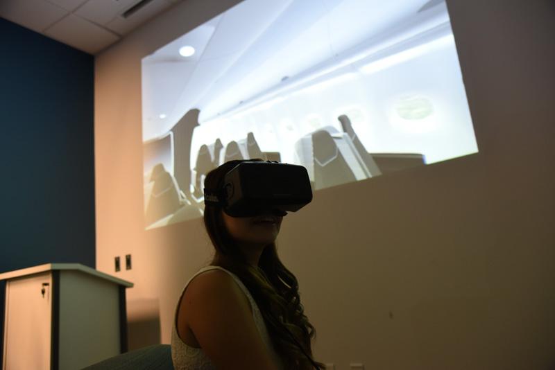 ハワイアン航空本社では、VRヘッドセット「オキュラスリフト」によるシート体験会も開催された