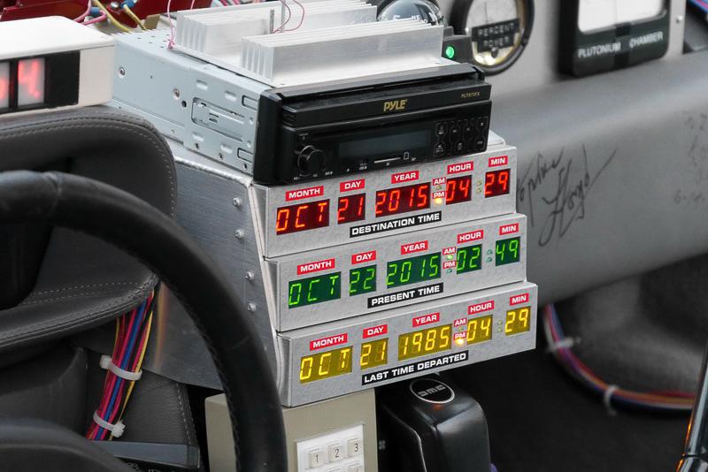 ダッシュボード中央にはタイムサーキットを設置。タイムトラベル到達先日時は、もちろん2015年10月21日 午後4時29分がセットされていた