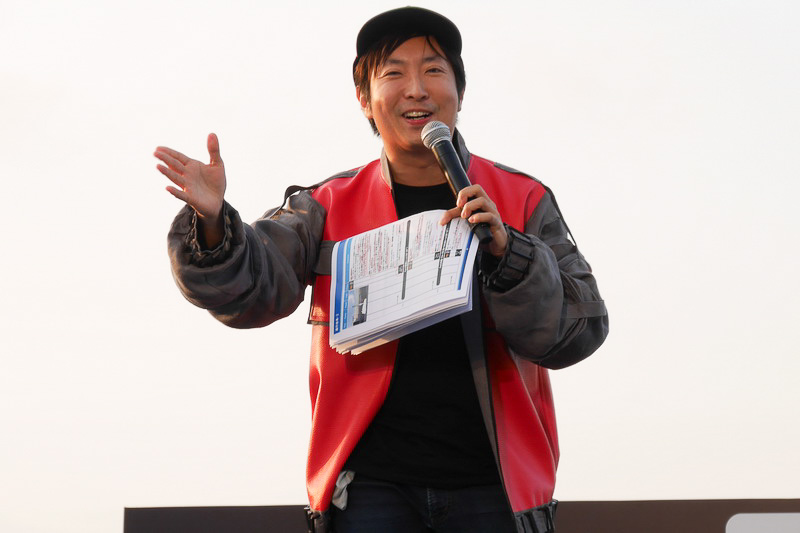 """イベントは、映画評論家の有村昆さんをMCとして進行。BTTF Part2でマーティが着ていた衣装を身にまとい、BTTFで描かれた""""未来""""と、実際の2015年の違いなどを説明"""