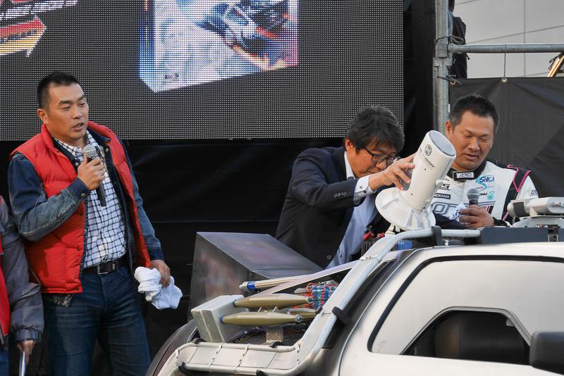 岩元氏によって、後方のMR. FUSIONが開けられ、山本さんと山崎さんが燃料となるTシャツを投入