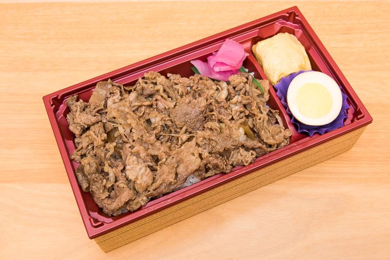 白米のうえに、すき焼き風の甘めのタレで味付けされた牛肉が敷き詰められています