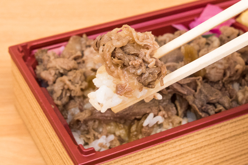 牛肉は、タレの味も効いていますが、それ以上に肉の味を濃く強烈に感じます。さらに、脂身も口の中でフワリと溶けて、ほのかな甘みを醸し出し、黒毛和牛の美味さを堪能できました