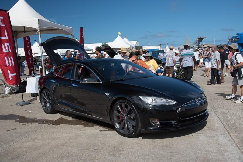 ハワイでも人気のEV(電気自動車)、テスラモーターズの「モデルS」。明細バージョンも展示されていた
