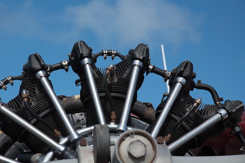 OHVの星型エンジンのため、プッシュロッドカバーが美しく並ぶ