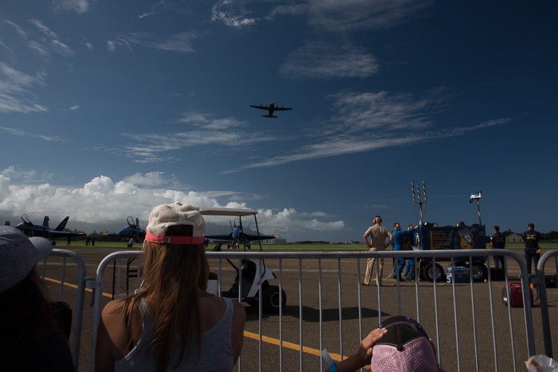 ブルーエンジェルスの飛行展示は、支援機である「ファットアルバート」の演技から始まる