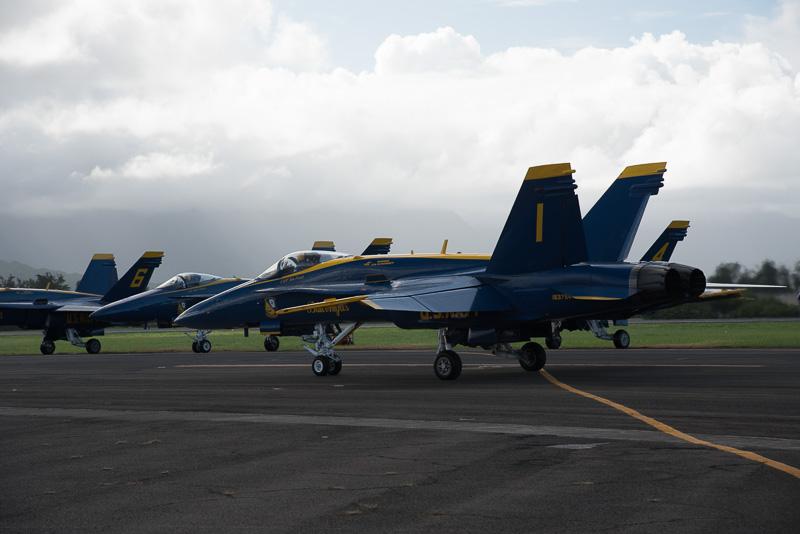 演技のために滑走路へ向かうブルーエンジェルスの4機編隊