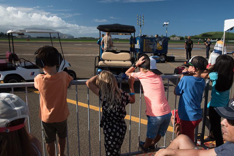 ハワイアン航空のスポンサーエリア最前列は子供連れの家族が多かった、特別招待に家族で訪れたのだろう