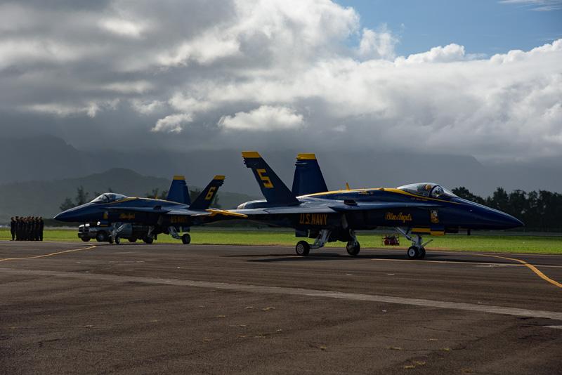 5番機と6番機は、先ほどの4機とは逆サイドの滑走路へ。左から、右からと離陸していくことで、演技の密度を高めている