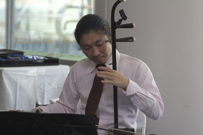 就航記念セレモニーで二胡の演奏をしたユニット「アカラ」のこたにじゅん氏と中川えりか氏