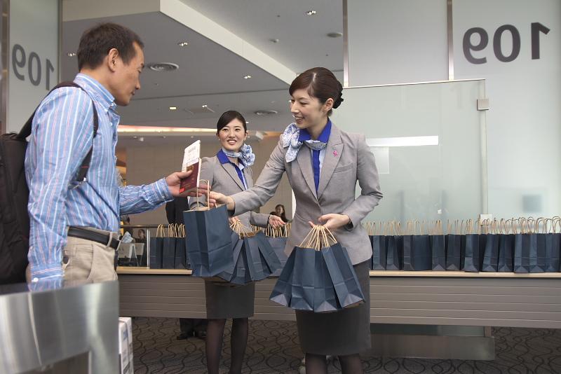 搭乗口では初便就航記念品が搭乗客にプレゼントされた