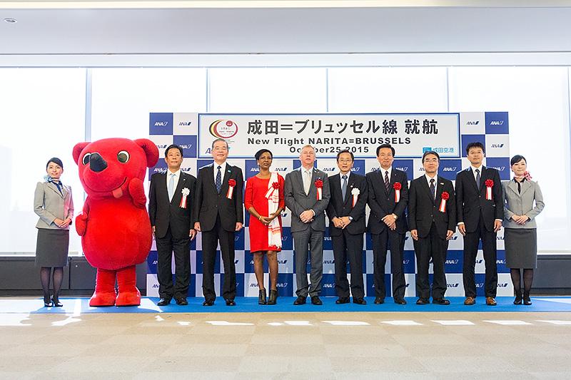 セレモニー出席者による記念撮影には千葉県のゆるキャラ「チーバくん」も参加