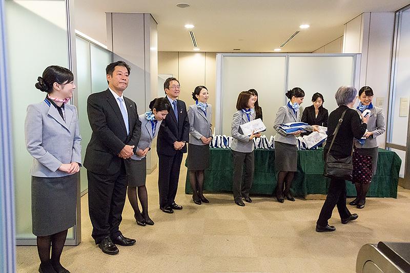 搭乗口では全日本空輸 代表取締役社長 篠辺修氏らによるお見送り