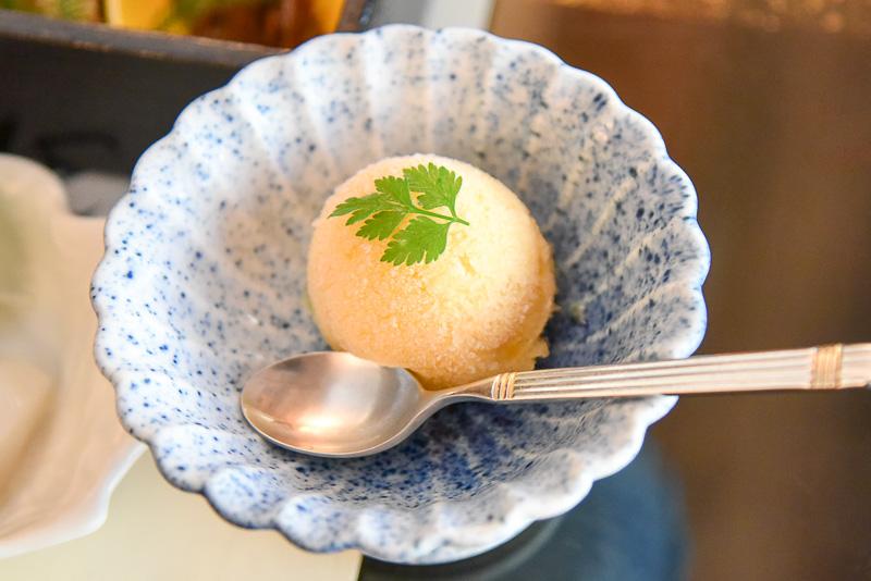 デザートの里の梅シャーベットは、敷地内で育てている城州白梅から採れた梅で作られている。梅の風味と氷のシャリっとした口当たりが爽やかに昼食を締めくくってくれる。