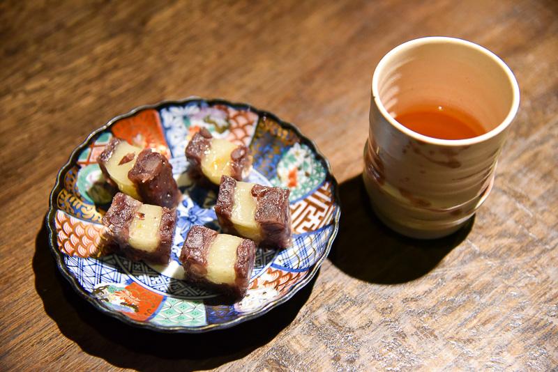 名物の「あも」。季節限定の「あも(柚子)」(1本1296円)は柚子の香りがふわりとするとろける求肥をふっくらと炊いた春日大納言小豆で包み上品な味わい。