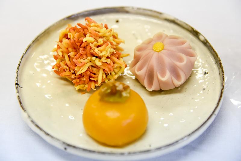 10月の和菓子、柿、菊、錦秋。教室で作る和菓子は毎月変わるため訪れるたびに新しい和菓子に挑戦できるのも魅力だ。