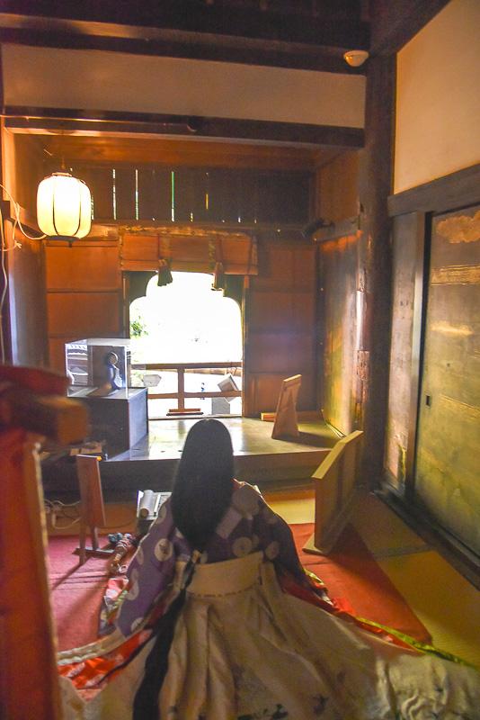 石山寺の本堂内の「源氏の間」。紫式部が見ていた近江の風景が堪能できる場所として訪れるファンや観光客でにぎわっている。この部屋の窓から十五夜の月を眺めたときに霊感を受け作品の構想を得たという。