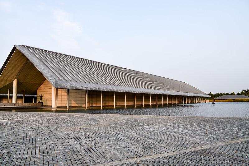3館から成る美術館は佐川急便創業40周年の記念事業の一環として開館。水面に浮かぶような斬新なデザインでグッドデザイン賞など建築賞も多数受賞している。