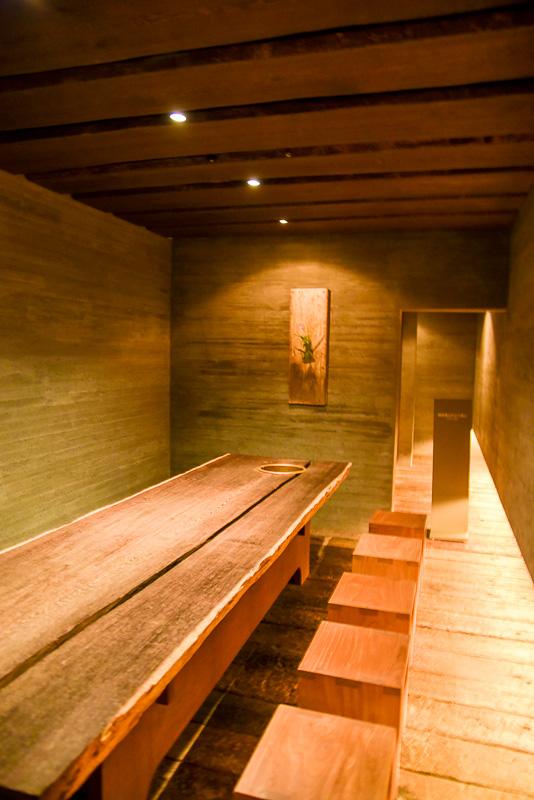 守破離の精神で樂吉左衞門が設計した茶室は斬新ながらも落ち着ける空間となっている。メインの「俯仰軒」のほかにも2つほど茶会が開催できる場所が館内には存在している