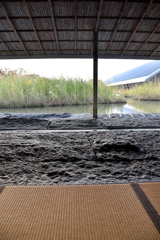 奥の波立つ水辺に比べ、茶室近くの水面は穏やか。自分たちの港に帰ってきたような演出がさりげなくされている