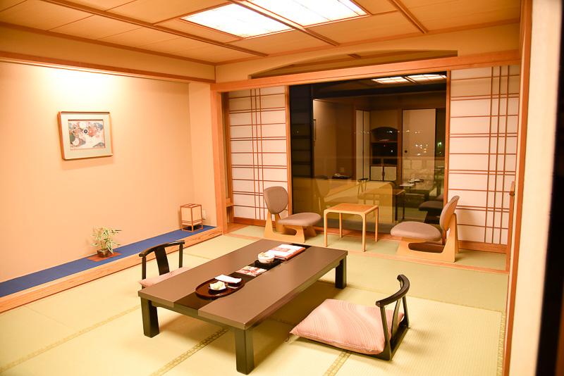 10畳+4.5畳(露天風呂付き)。琵琶湖向きは全面ガラス仕様となっており、景観をじっくりと楽しめる