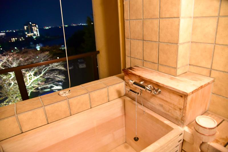 檜風呂。一人用のサイズで、洗い場も別室で用意されている。腰掛ける場所もあり、湯船に入りながら、そして体を休めながら琵琶湖が眺められる。