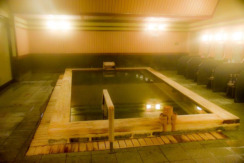 伝統的な形の湯船につかりながら、静かに旅の思い出に浸れる大浴場「はいからの湯」。ばんからの湯に比べると少しこじんまりしているが、だからこそ落ち着ける、長居のできる空間となっている