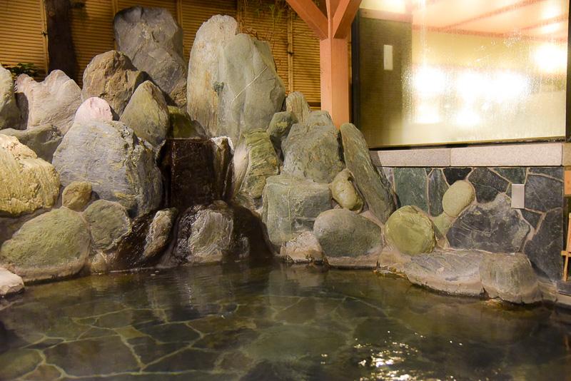 ばんからの湯に隣接する露天風呂「ひだまりの湯」。岩から流れ出る温泉の音を聞きながら、冷んやり心地よい風と木々のざわめきの中でゆったりと湯を楽しめる