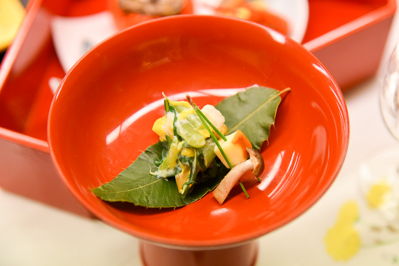 春菊と菊花の白和えはさっぱりした味わい。シメジと薫製チーズの松葉刺しはチーズの濃厚さが際立っていた