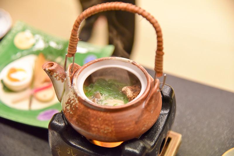 時期の食材として土瓶蒸しを提供。松茸や名残鱧、鶏肉、銀杏、水菜などさまざまな食材が味の饗宴をしていた