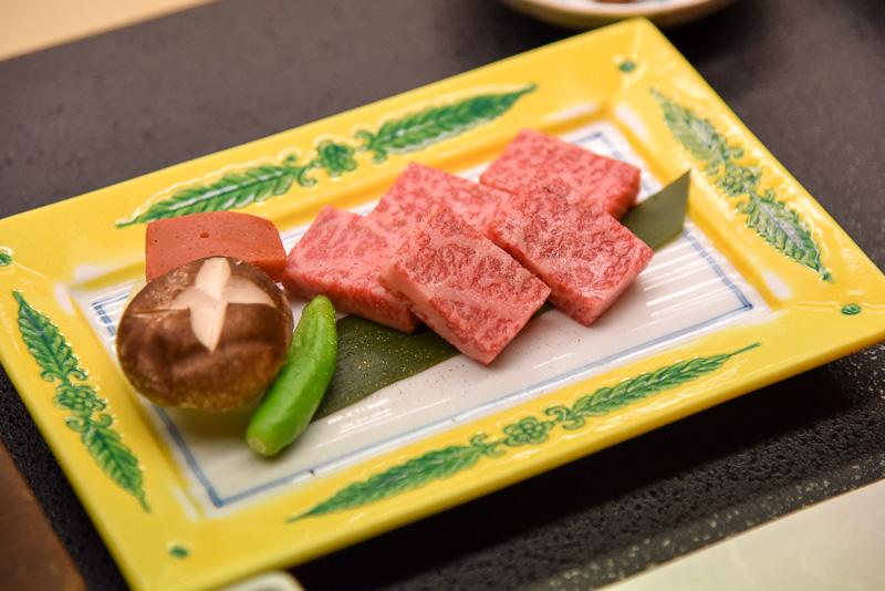 近江牛肉板焼きは濃いめのお塩で頂くのがベスト。水晶プレートで旨味と脂を閉じ込め一口で味わうのがおすすめ。ワサビとポン酢も用意されている