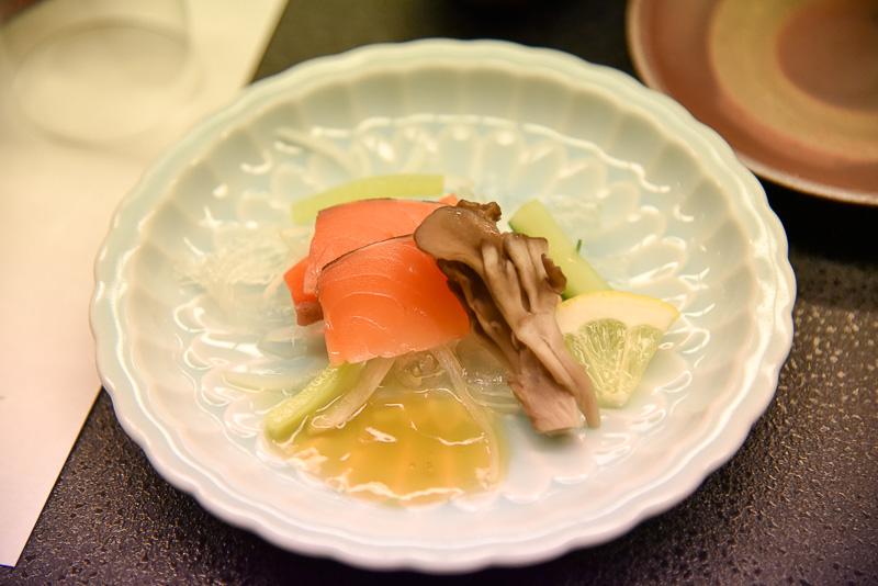 炙りサーモンとタマネギ、焼き舞茸、キュウリと蒟蒻寒天の酢の物は自家製のポン酢ジュレでさっぱり味