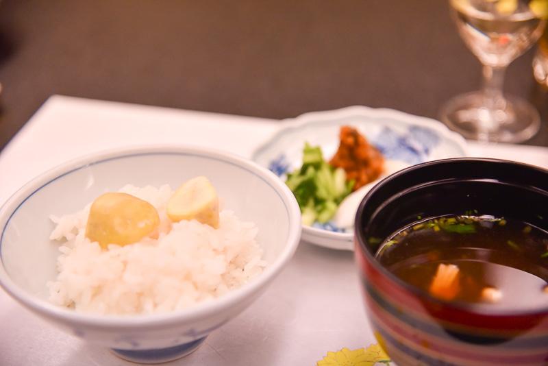 赤出汁のみそ汁とふっくらと炊き上げた新米のご飯はおかわりも可能。地元の漬け物店丸長製の幸の物によりご飯が進む